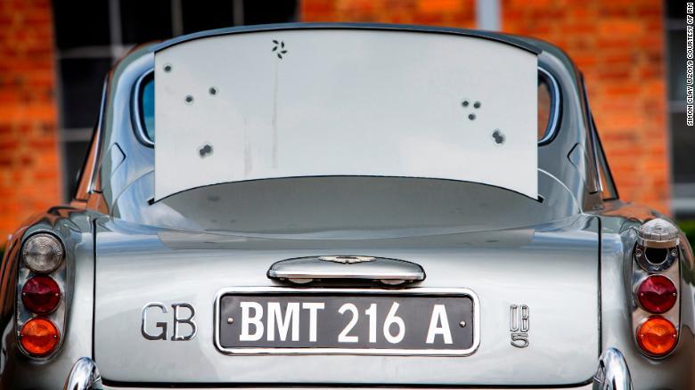 سيارة جيمس بوند آستون مارتن هذه مزودة برشّاشات.. كم بلغ سعر بيعها؟