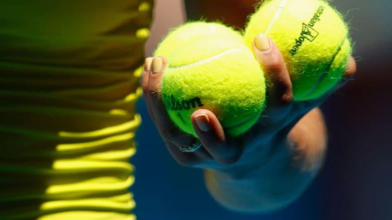 هل هو أصفر أم أخضر.. ما سر لون كرة المضرب؟