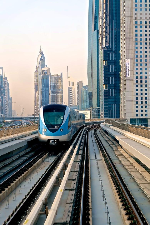 بعد مرور 10 أعوام على إطلاقه.. هكذا تبدو سكك ومحطات مترو دبي