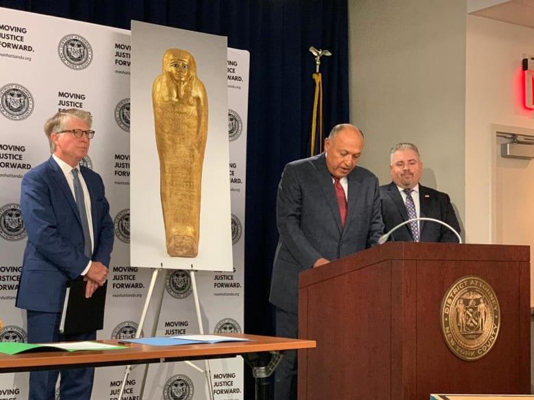 مصر تسترد تابوتًا ذهبيًا فرعونيًا كان يعرض في متحف بنيويورك