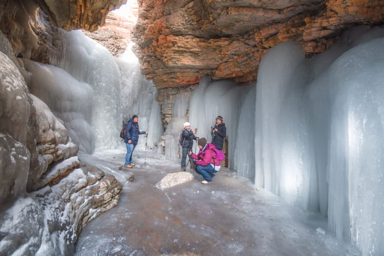 تحت رحمة الشتاء.. شلال يتحول إلى أعجوبة متجمدة بهذه القرية الجبلية المنعزلة