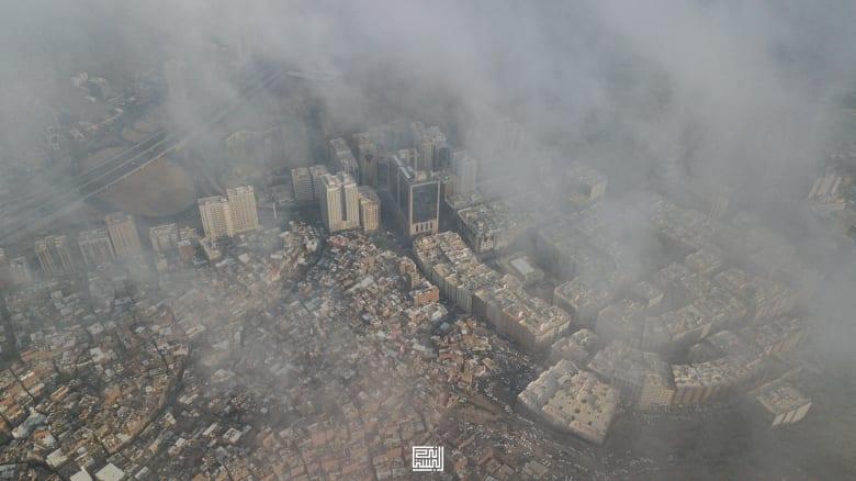 سحاب مكة المكرمة تعانق برج الساعة في السعودية