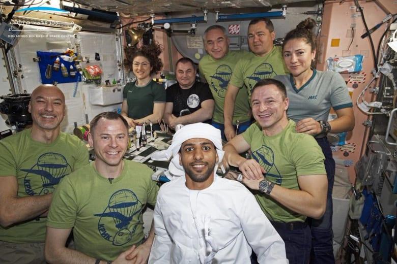 الكندورة الإماراتية في الفضاء.. هزاع المنصوري يرتدي الزي الوطني في محطة الفضاء الدولية