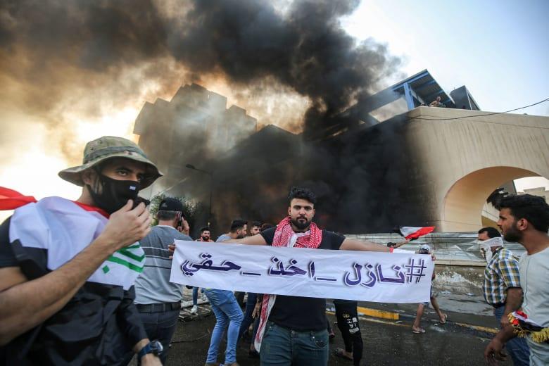 """العراق.. فيديو لامرأة """"خرساء"""" توزع المناديل على متظاهرين يثير تفاعلا على تويتر"""