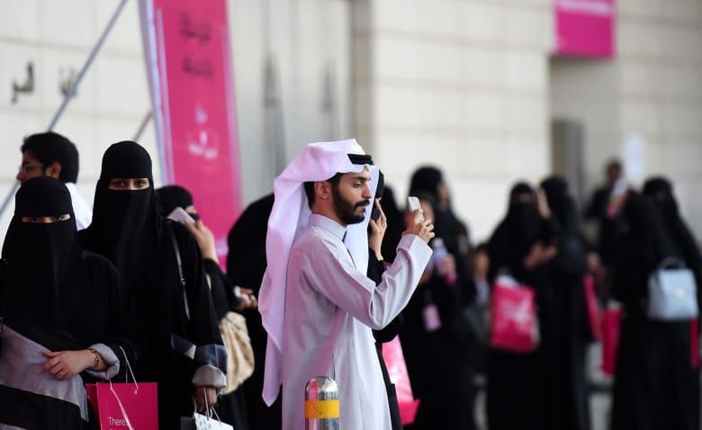 """السماح بـ""""سكن المرأة بدون محرم"""" في فنادق السعودية يثير تفاعلا بتويتر"""