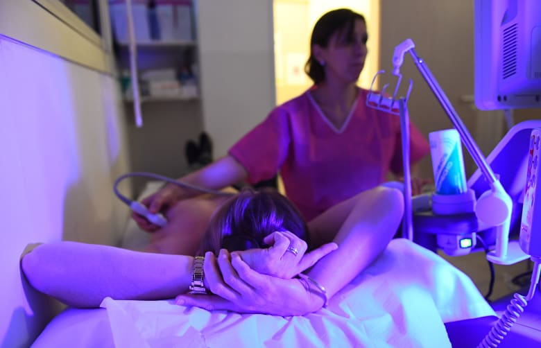 شهر التوعية بسرطان الثدي.. 3 طرق للوقاية من المرض الفتاك وكشفه