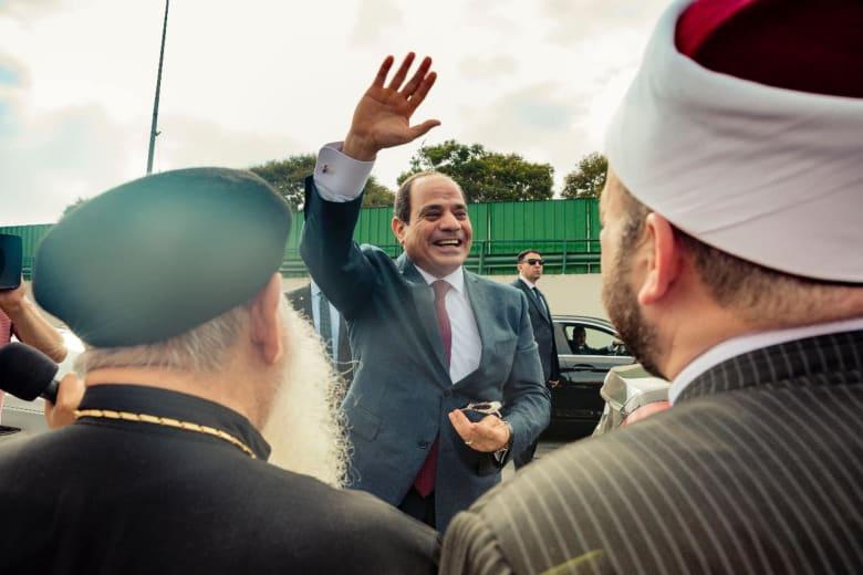 السيسي يلوح لمؤيديه لدى وصوله من نيويورك إلى مطار القاهرة في 27 سبتمبر
