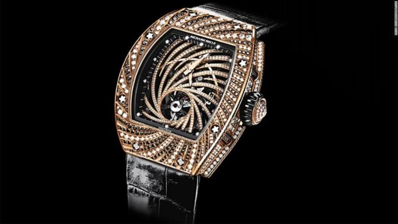 في باريس.. لص ينشل ساعة يد قيمتها 800000 دولار من معصم رجل أعمال ياباني