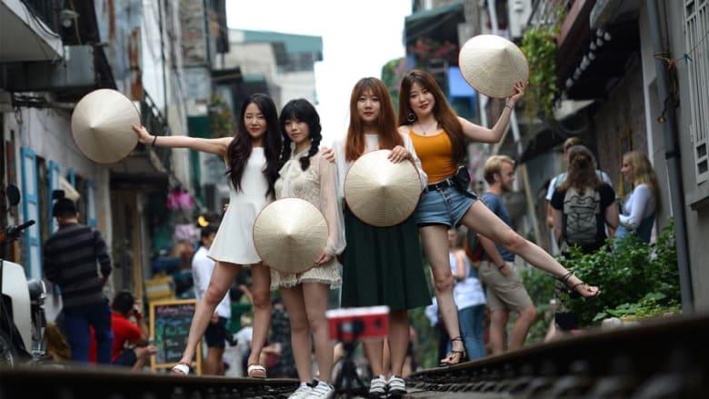 """في فيتنام.. مدينة هانوي تخطط لإغلاق مقاهي """"شارع القطار"""" الشهير"""