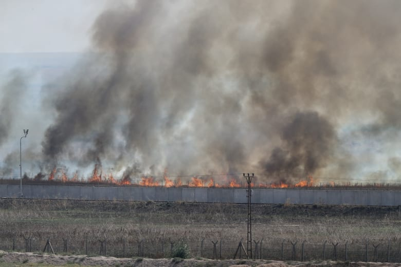 قوات تركية تغلق طريقا رئيسيا شمال سوريا.. وتمنع الوصول لقاعدة أمريكية