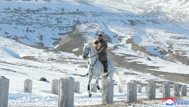 """على """"جبل مقدس"""".. نزهة رمزية لزعيم كوريا الشمالية على حصان أبيض وسط الثلوج"""
