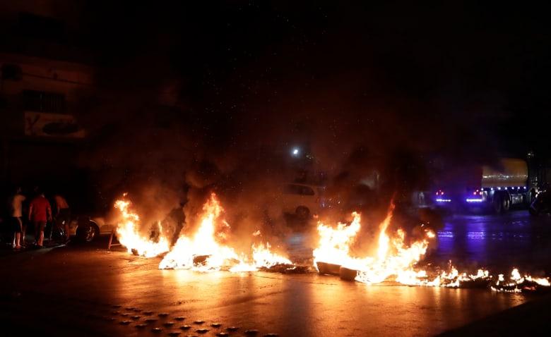 """لبنان.. تداول فيديو لـ""""اقتحام"""" عدد من المحتجين مكتب نائب لحزب الله"""