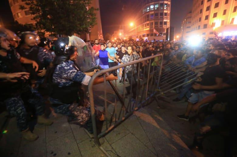 فيديو إطلاق نار مرافقي الوزير اللبناني أكرم شهيب بالهواء لتفريق متظاهرين يبرز بتويتر