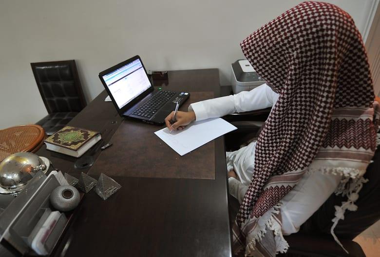 """يبدأ تطبيقها بالسعودية الأحد.. ما هي """"التعديات"""" بضوابط العمل؟"""