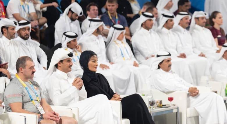 """ردة فعل أمير قطر تميم بن حمد عند رؤية """"الأمير الوالد"""" خلال مباراة تثير تفاعلا"""