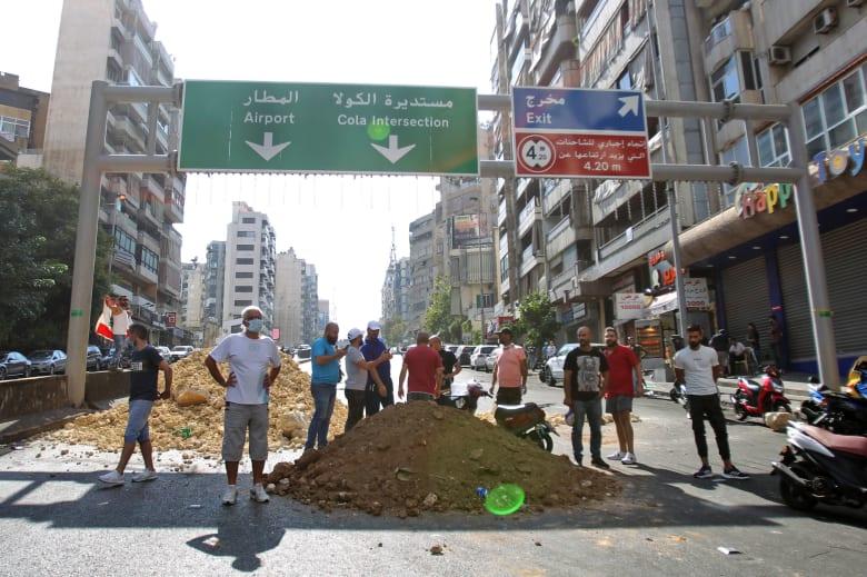 المتظاهرون يقطعون الطرق المؤدية إلى مطار بيروت الدولي
