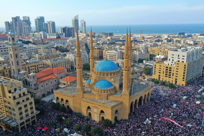 صورة جوية تظهر احتجاجات اللبنانيين في وسط بيروت، في اليوم الرابع من المظاهرات ضد زيادة الضرائب والفساد
