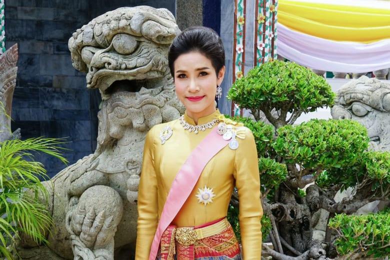 ملك تايلند يجرّد قرينته من ألقابها ورتبها العسكرية.. والسبب؟