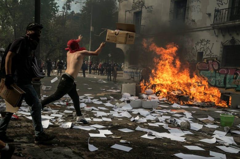 بعد 5 أيام من الاحتجاجات العنيفة.. رئيس تشيلي يعتذر لمواطنيه ويعلن إصلاحات اقتصادية
