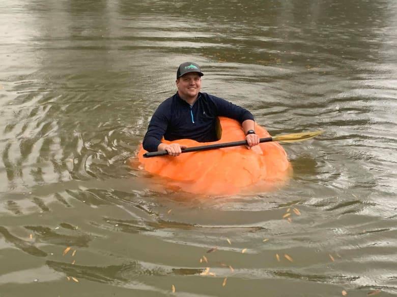 يقطينة ضخمة تجوب البحيرة وقبطانها هو مزارع أمريكي..فما قصته؟