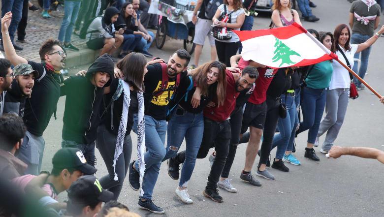 """سؤال نصرالله عمّن يمول المظاهرات يدفع مغردين للتذكير بفيديو """"اعترافه"""" بميزانية حزب الله الإيرانية"""