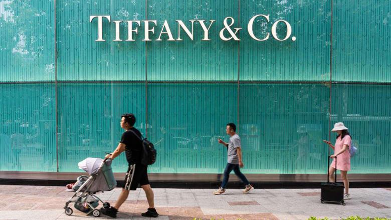 أكبر مجموعة منتجات فاخرة في العالم قد تستحوذ على دار مجوهرات تيفاني الأيقونية