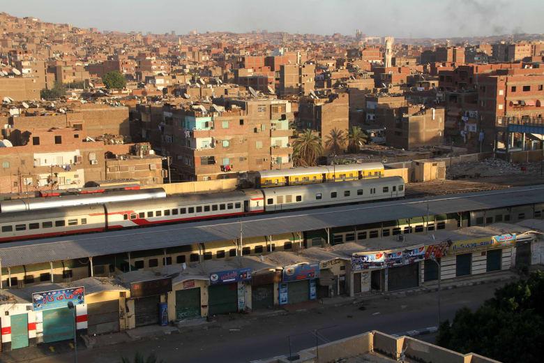 وزيرالنقل المصري يعد بمحاسبة المتسبب في حادث قفز راكبي قطار أثناء سيره