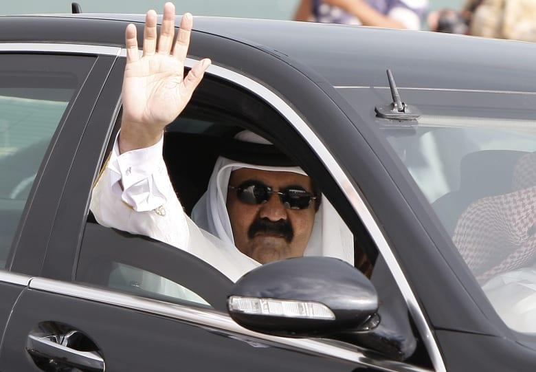 """فيديو حديث والد أمير قطر مع مواطن و""""رح صيد سمكة"""" يثير تفاعلا بتويتر"""