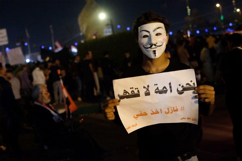 تداول فيديو محاولة متظاهرين اقتحام قنصلية إيران في كربلاء بالعراق