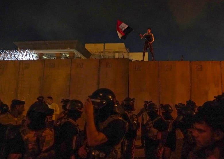 3 قتلى و150 مصابا في اشتباكات حول مقر الحكومة ببغداد