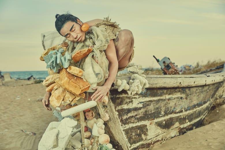 """فنان صيني يحول القمامة إلى أزياء """"غريبة"""""""