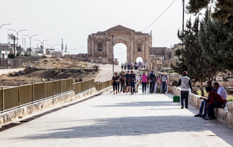 صورة للمكان الذي طُعن فيه عدة أشخاص بالأردن، بينهم سياح ودليل سياحي أردني وضابط أمن، في هجوم بسكين في جرش