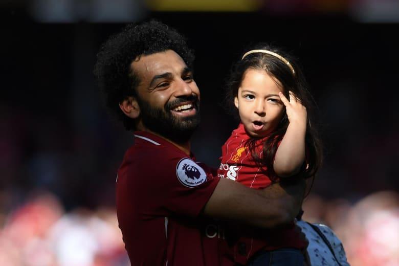 محمد صلاح نجم نادي ليفربول الإنجليزي مع ابنته مكة في ختام مباريات الدوري الإنجليزي بالموسم الماضي