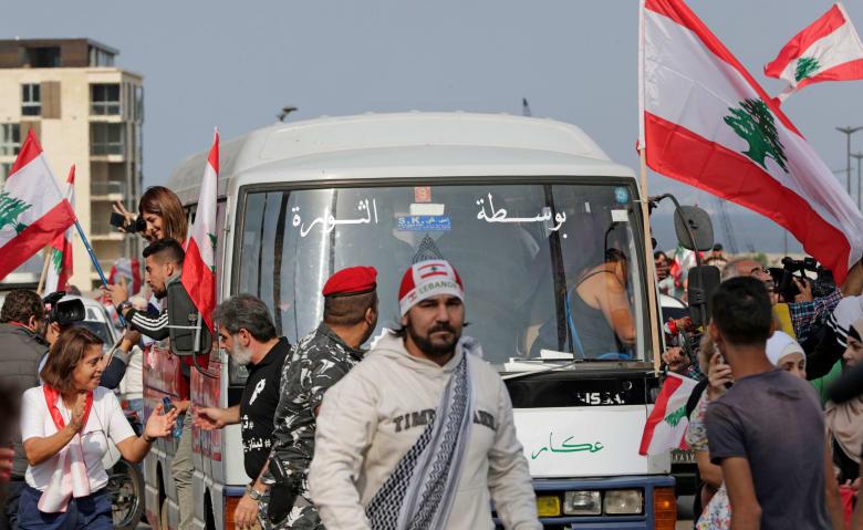 """السفارة الأمريكية تنفي تمويل """"باص الثورة"""" في لبنان"""