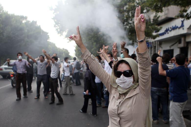 """إيران تعتقل شخصين بتهمتي التعامل مع """"دول أجنبية"""" وتحريض المتظاهرين"""