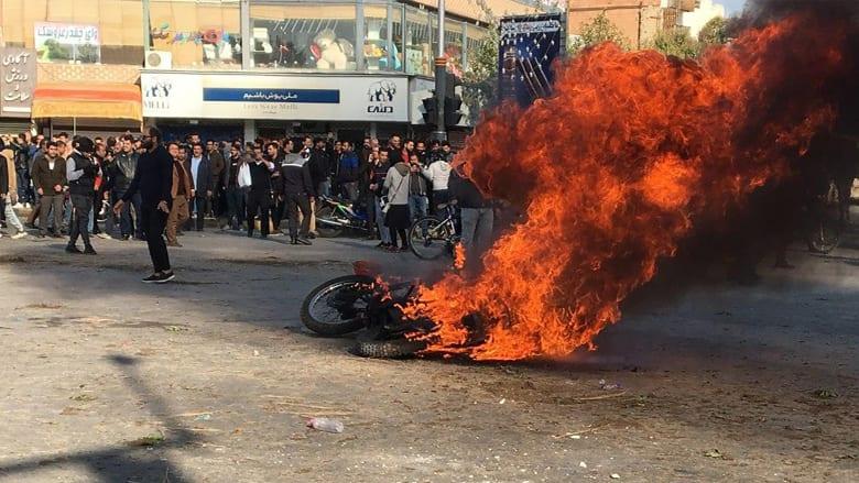 جانب من الاحتجاجات في مدينة أصفهان الإيرانية بسبب زيادة أسعار الوقود