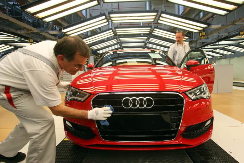 موظف في أودي يلمع غطاء سيارة أودي A3 في مصنع للشركة في إنغولشتادت، ألمانيا.