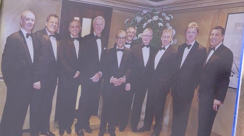صورة جماعية لأشخاص من بينهم مازن دروزة