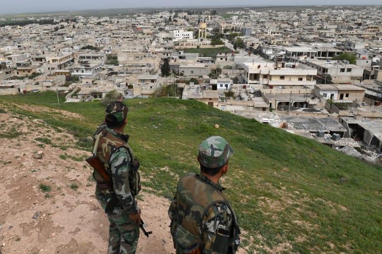 جنود النظام السوري يتابعون مدينة تل رفعت في شمال سوريا