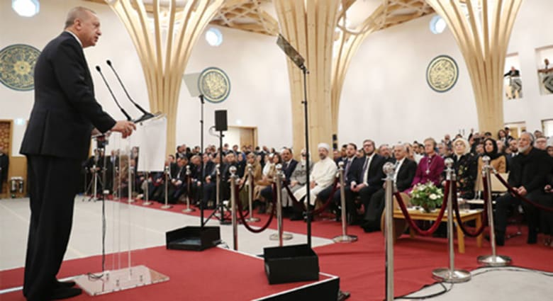 رئيس تركيا رجب طيب أردوغان خلال افتتاح المسجد في كامبريدج
