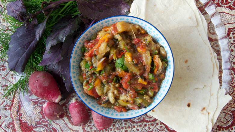 منها وجبة تجمع بين البيض والرمان.. إليك 10 أطباق يجب عليك تجربتها بأذربيجان