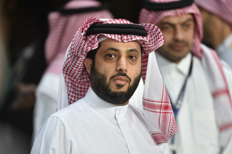 تركي الشيخ،رئيس الهيئة العامة للترفيه في السعودية، يحضر مباراة كرة قدم ودية بين البرازيل والأرجنتين في الرياض