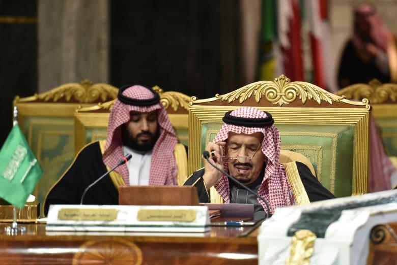 الملك سلمان وولي عهد السعودية محمد بن سلمان خلال جلسة القمة الخليجية