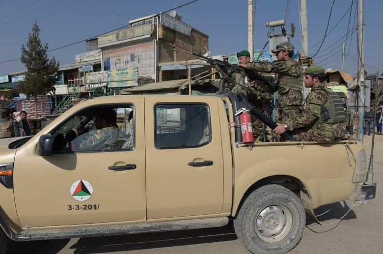 عناصر من الجيش الأفغاني تمشط المنطقة في محيط قاعدة باغرام الأمريكية