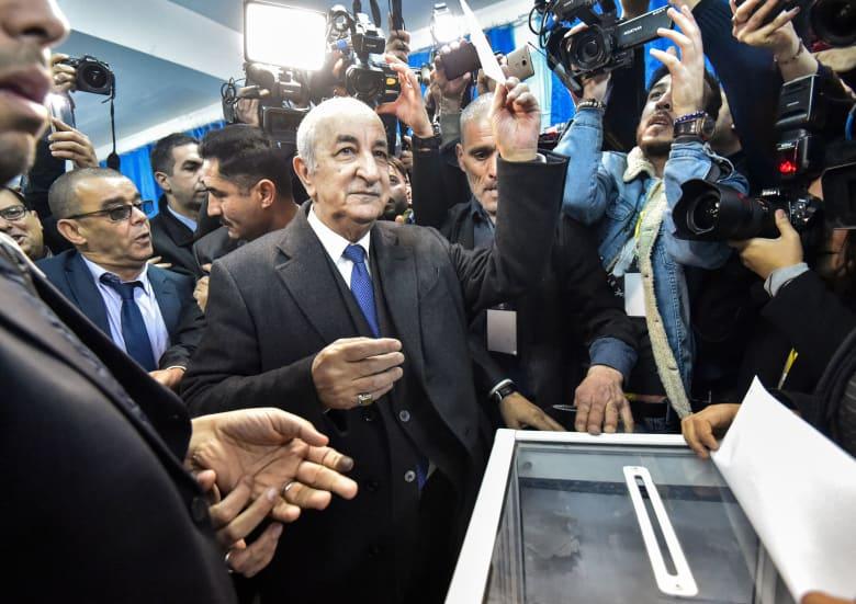 عبد المجيد تبون الفائز برئاسة الجزائر أثناء الإدلاء بصوته في الانتخابات