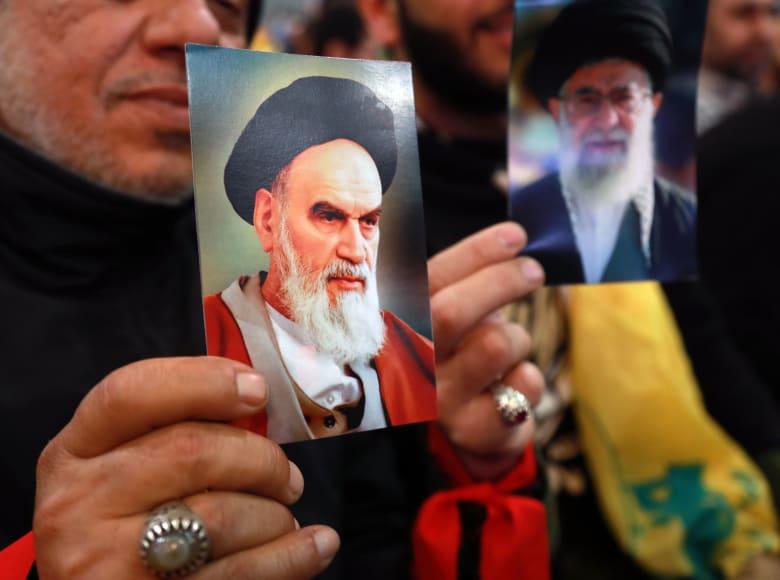 المرشد الأعلى السابق بإيران، علي الخميني (يسار) والمرشد الحالي، علي خامنئي (يمين)