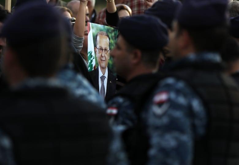 صورة لمناصري عون وهم يحملون صورته في بيروت