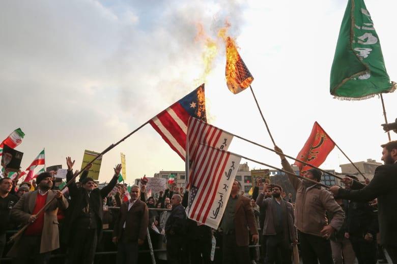 مظاهرات مؤيدة للنظام الإيراني تحرق العلم الأمريكي بعد أيام من احتجاجات معارضة ضخمة في طهران