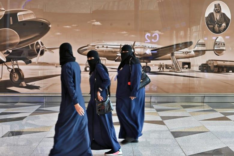 مجموعة من السعوديات في مطار الملك عبد العزيز في جدة