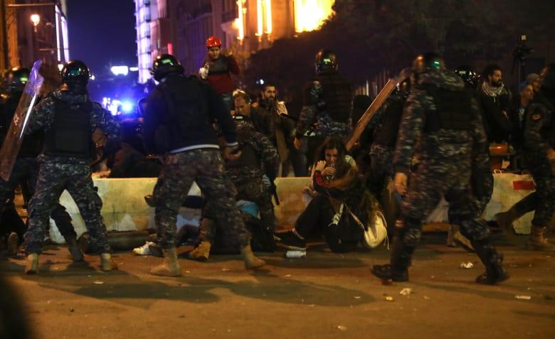 صوةر من المناوشات الأحد بين المتظاهرين وقوى الأمن